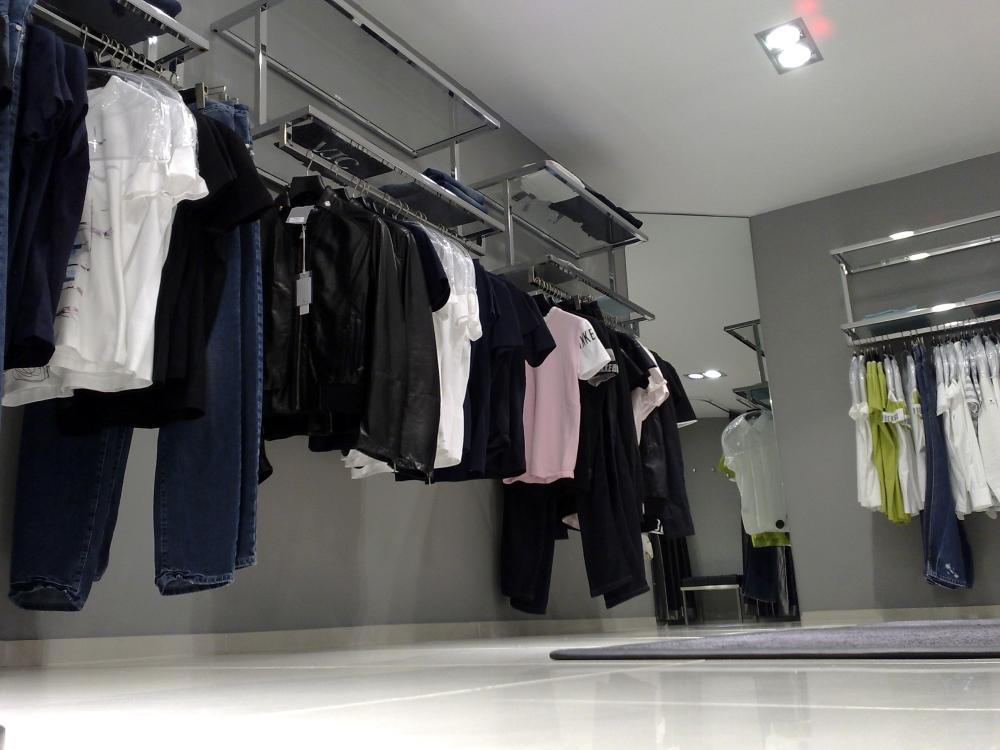 3273 arredamento negozi abbigliamento struttura arredo per for Arredi per negozi abbigliamento