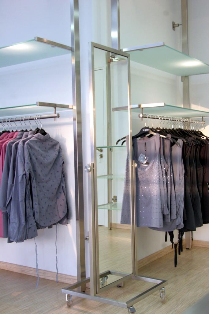 3283 abbigliamento arredamento negozi appendiabiti ripiani specchio espositori specchio for Negozi arredamento economici