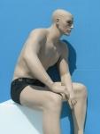 2709 manichino realistico uomo con make up senza parrucca seduto su cubo espositore