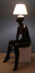 3374 lampada nera donna seduta