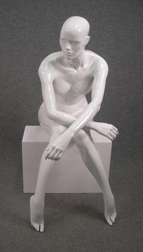 025 OMEGA 18 BI - Manichino seduto stilizzato da donna viso scolpito