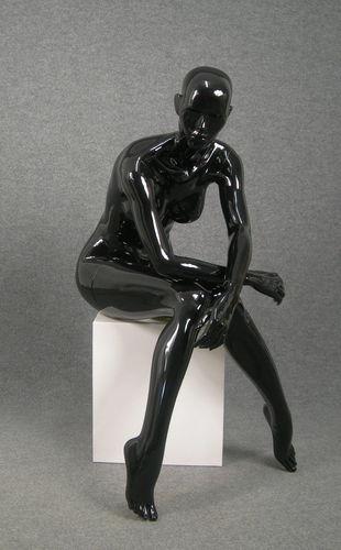 025 OMEGA 18 NE - Manichino seduto stilizzato per donna laccato lucido nero