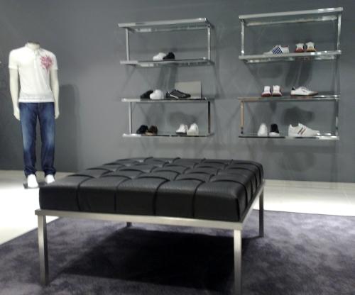 0372 arredamento negozi espositore scarpe panca for Piani di costruzione del negozio con alloggi