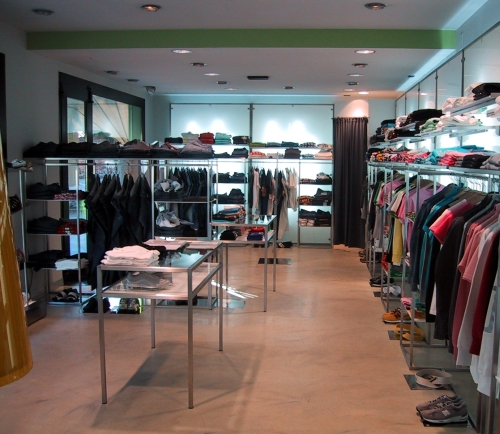 0444 arredamento negozi abbigliamento appendiabiti for Negozi tavoli milano