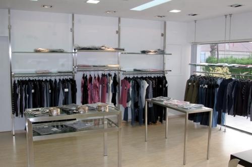 Arredamento negozi abbigliamento tavoli appenderia ripiani