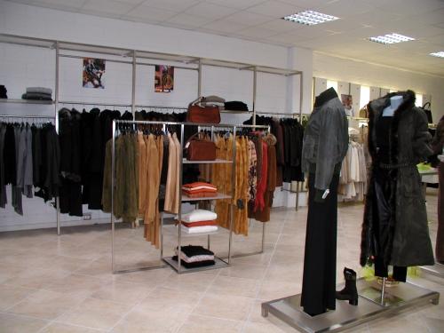 Foto m 0482 arredamento appendiabiti abbigliamento for Negozio di metallo con appartamento