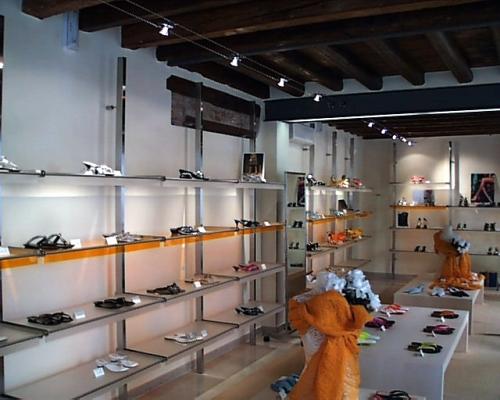 Espositori con ripiani per negozi di calzature e pelletteria. Tavolini ...