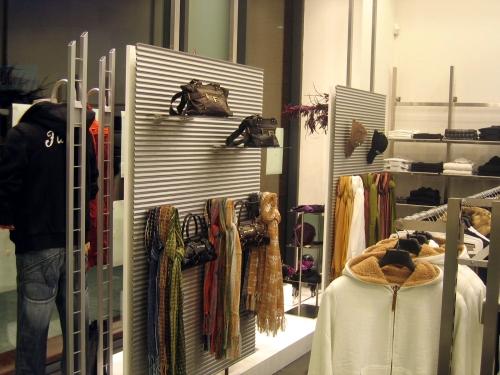 0518 arredamento negozi abbigliamento parete display for Arredamento per negozi abbigliamento