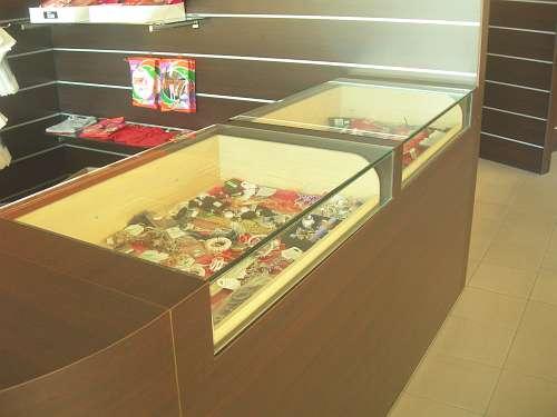 Arredamento negozio usato banco con cassetti vetrina